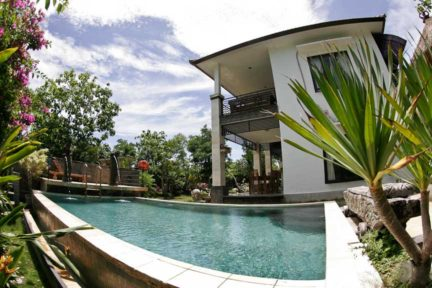 Relax-by-the-pool-at-NextLevel-Surfcamp-Bali